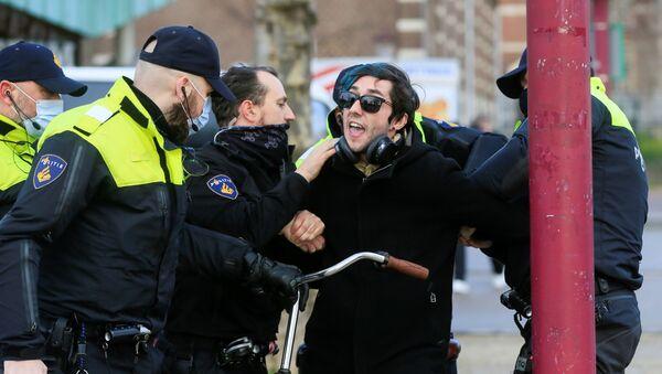 Protestas contra el confinamiento en Ámsterdam - Sputnik Mundo