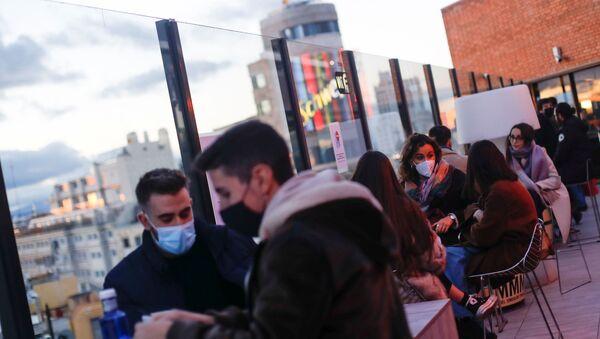 La gente en mascarillas n Madrid, España - Sputnik Mundo