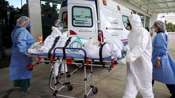 Ambulancia trasladando a un enfermo de COVID-19 en Manaos, Brasil - Sputnik Mundo