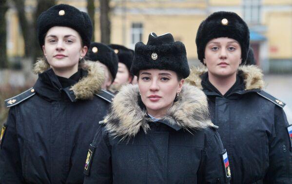 En Rusia, en tiempos de paz, el servicio militar es voluntario, pero hay más de 41.000 mujeres en las filas de las Fuerzas Armadas rusas. Las chicas tienen la oportunidad de aprender 150 especialidades militares y cada vez hay más mujeres cadetes en las academias navales y las escuelas de vuelo. En la foto: cadetes femeninas durante el entrenamiento de combate en el Instituto Naval Pedro el Grande de San Petersburgo.  - Sputnik Mundo