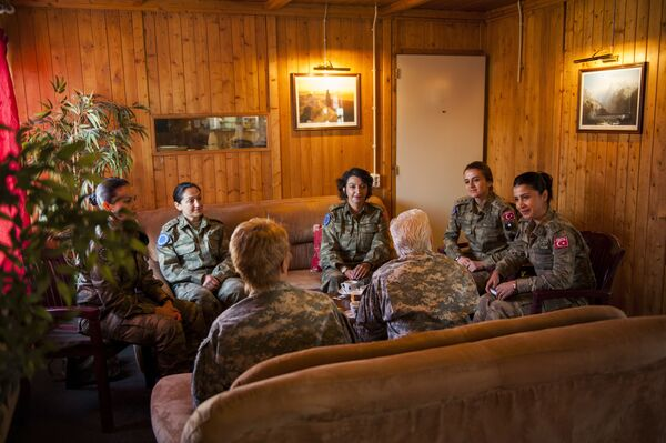 Las mujeres de 20 a 46 años que pueden llevar armas pueden servir en el Ejército turco. Aunque antes se les prohibía vestir el hiyab, está permitido desde el 2017. En la imagen: la general de brigada Giselle Wilz (EEUU), jefa del cuartel de la OTAN en Sarajevo, durante una reunión con mujeres militares turcas en Butmir (Bosnia y Herzegovina), 2016. - Sputnik Mundo