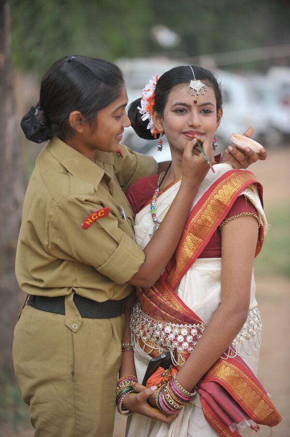 Las mujeres indias comenzaron a ser reclutadas en el Ejército ya en 1888, cuando se formó el Centro de Enfermeras Militares de la India. Desde 1992, el Ejército indio también empezó a aceptar a las mujeres para puestos no médicos, y a partir del 2019, se les concedió el derecho a servir de forma permanente en 10 ramas del Ejército, incluidas la aviación y la inteligencia. El año pasado, el Tribunal Supremo de la India permitió a las mujeres oficiales ocupar puestos de mando al concluir que sus características fisiológicas no afectan a su capacidad para dirigir a los hombres. En la foto: una cadete india maquilla a su compañera antes de un acto de celebración del 66 aniversario de la formación del Cuerpo Nacional de Cadetes en Secunderabad.  - Sputnik Mundo
