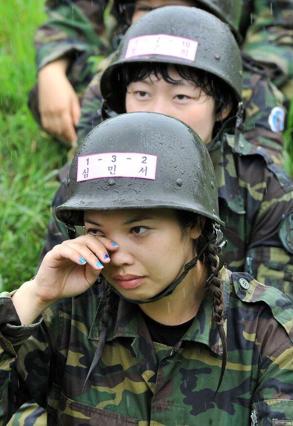 Las mujeres de Corea del Sur también optan cada vez más por el servicio militar. Si bien hace poco solo podían servir como oficiales auxiliares femeninas, ahora las mujeres oficiales se forman en las academias militares surcoreanas junto a los hombres.  - Sputnik Mundo