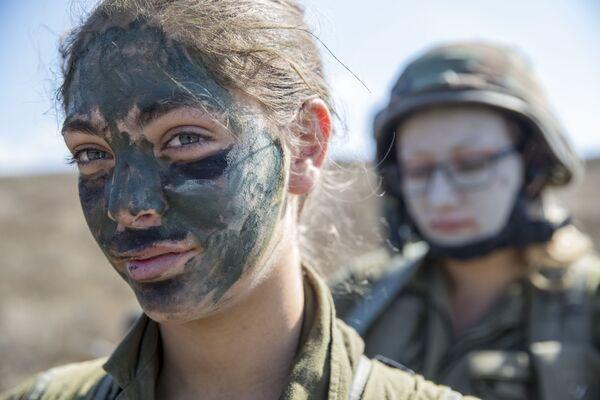 En Israel, el servicio militar es para todas las chicas. Para ellas, es solo ocho meses más corto que para los hombres y dura dos años. - Sputnik Mundo
