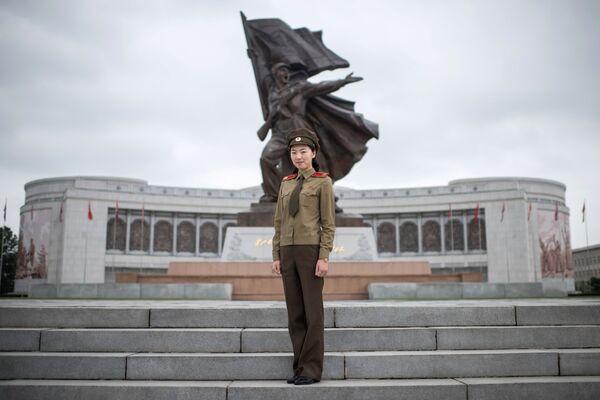 Corea del Norte, considerado uno de los países más militarizados del mundo, también recluta mujeres. Sirven en unidades militares especiales separadas de los hombres.  - Sputnik Mundo