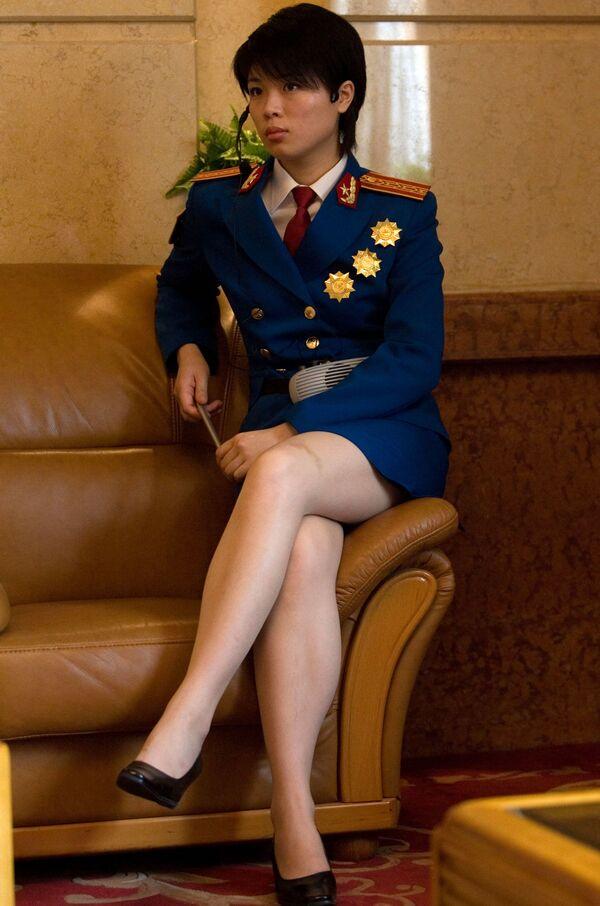 China, al igual que Corea del Norte, también cuenta con un servicio militar obligatorio. Sin embargo, debido a la enorme población del país, alistarse en las fuerzas armadas es todo un reto: las Fuerzas Armadas chinas están formadas principalmente por voluntarios que se someten a un riguroso proceso de selección. Las chicas también pueden ser reclutadas, pero deben cumplir ciertos criterios estrictos para ello. En la foto: una mujer militar haciendo de guía turística en la inauguración de una exposición sobre los logros militares de China en Pekín, 2007. - Sputnik Mundo