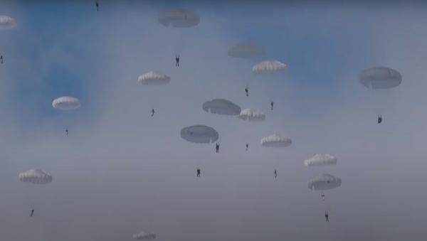Un masivo salto de paracaidistas militares en pleno invierno ruso - Sputnik Mundo
