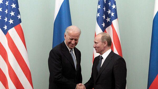Vladímir Putin y Joe Biden (archivo, 2011) - Sputnik Mundo