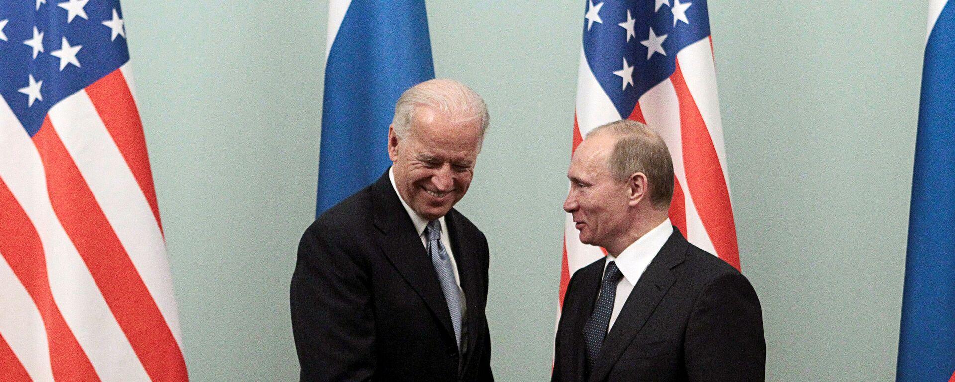 Vladímir Putin y Joe Biden (archivo, 2011) - Sputnik Mundo, 1920, 26.05.2021