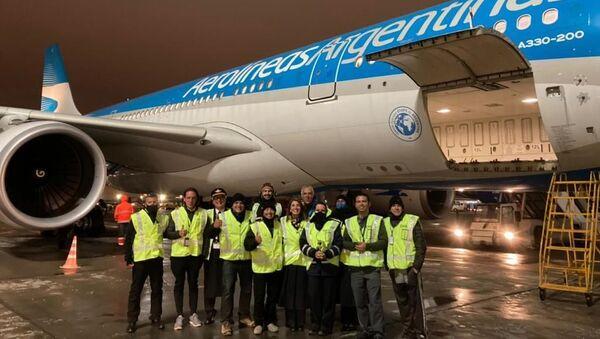 La llegada del vuelo de Aerolíneas Argentinas a Moscú para traer un nuevo lote de vacunas Sputnik V - Sputnik Mundo