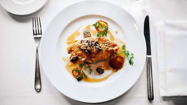Un plato con comida - Sputnik Mundo