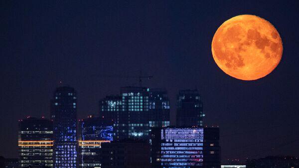 Una luna llena en Moscú, Rusia - Sputnik Mundo