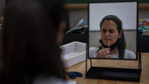 Imagen referencial de una joven realizándose un test de COVID - Sputnik Mundo