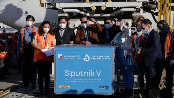 Luis Arce recibe la vacuna rusa Sputnik V - Sputnik Mundo