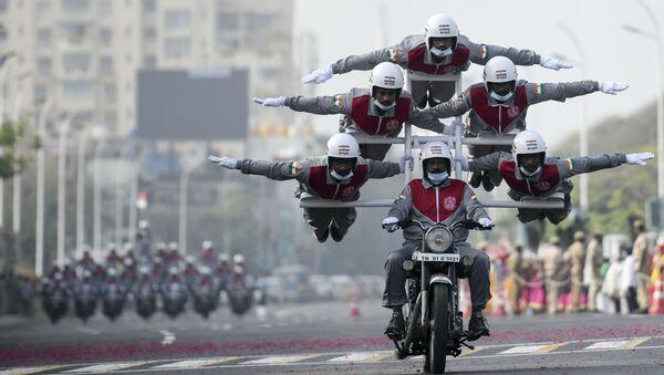 Акробатический трюк в исполнении полицейских курсантов во время генеральной репетиции предстоящего парада в честь Дня Республики в Ченнае, Индия - Sputnik Mundo