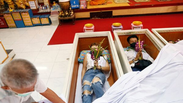 Верующие молятся в гробах в храме в Бангкоке  - Sputnik Mundo