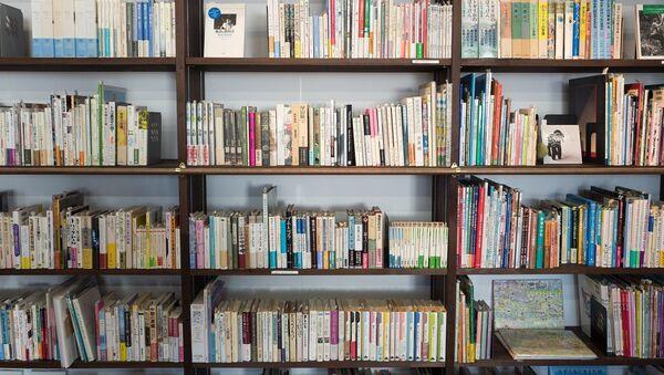 Imagen referencial de una estantería llena de libros - Sputnik Mundo