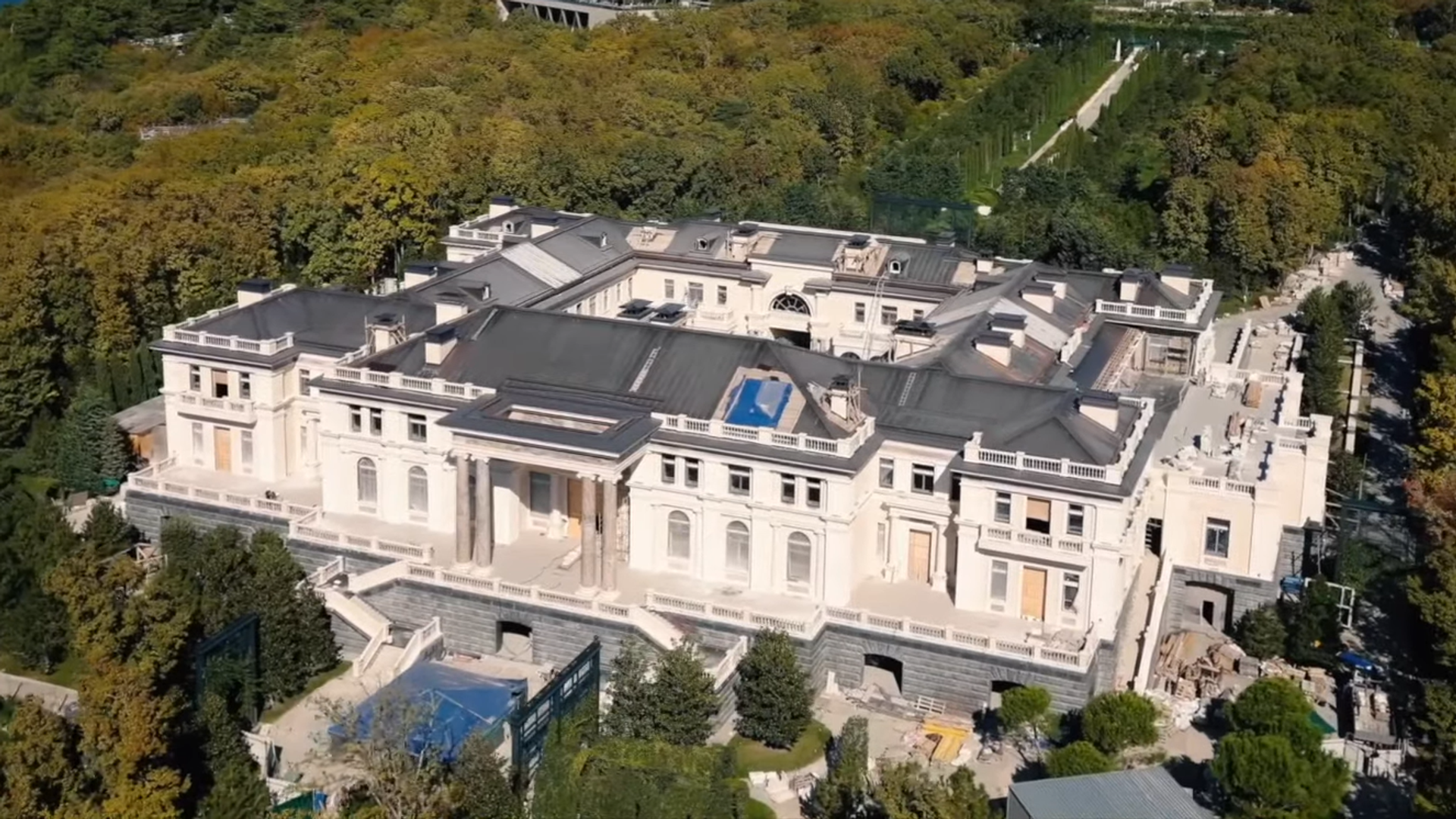 Una captura de pantalla del vídeo de Alexéi Navalni que revela el supuesto palacio de Putin y resultó ser un complejo hotelero - Sputnik Mundo, 1920, 13.05.2021