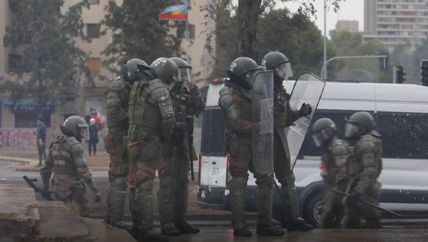 Gas lacrimógeno y cañones de agua: así vivió Chile una nueva jornada de protestas  - Sputnik Mundo