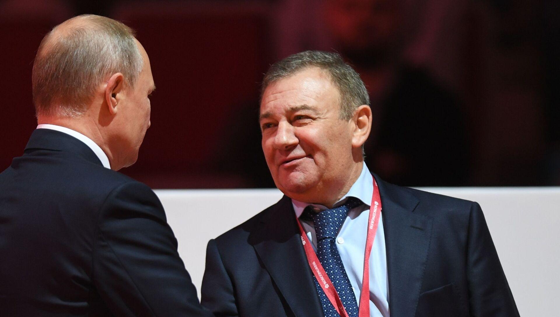 Arkadi Rotenberg (dcha.) junto a Vladímir Putin en 2019 - Sputnik Mundo, 1920, 30.01.2021