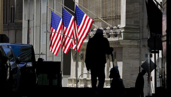 Una sombra de un hombre que camina por la calle  Wall Street en Nueva York cerca de la bolsa  - Sputnik Mundo