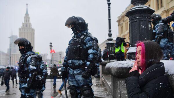 Agentes de seguridad rusos durante las protestas no autorizadas celebradas el 31 de enero en Rusia - Sputnik Mundo