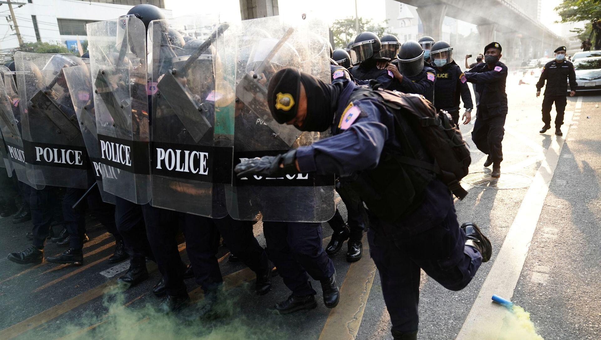 Protesta contra el gobierno tailandés frente a la embajada de Birmania en Bangkok - Sputnik Mundo, 1920, 01.02.2021