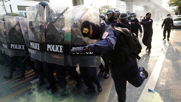 Protesta contra el gobierno tailandés frente a la embajada de Birmania en Bangkok - Sputnik Mundo