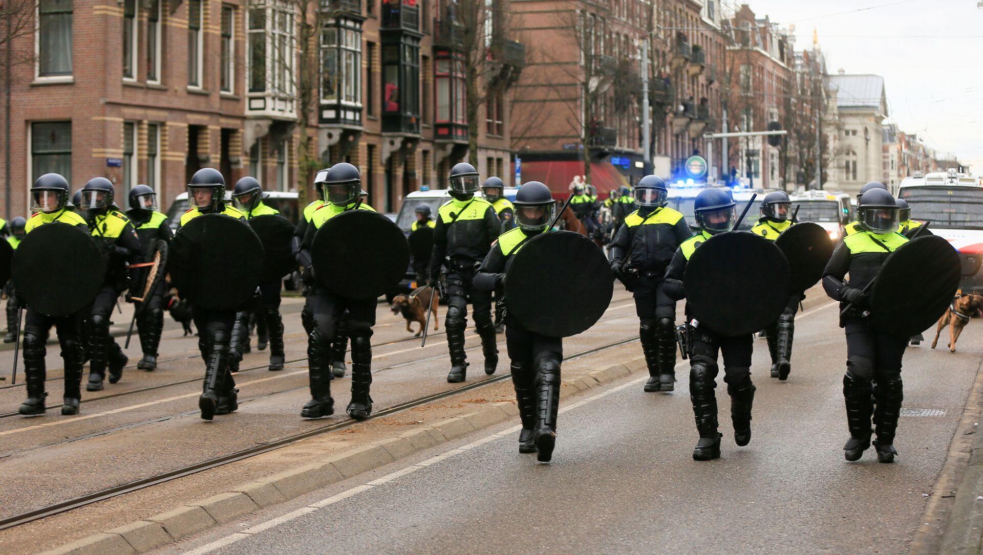 Protestas contra medidas para contener la pandemia en Ámsterdam - Sputnik Mundo, 1920, 01.02.2021