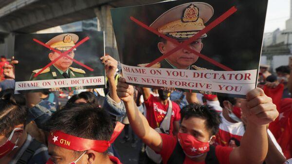 Manifestantes birmanos en Tailandia protestan contra el golpe de Estado en Birmania - Sputnik Mundo