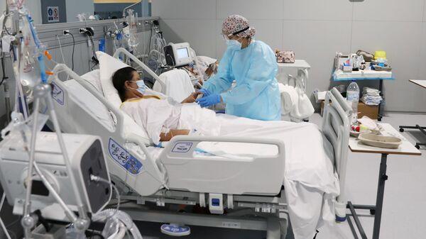 Paciente con COVID-19 en el hospital Enfermera Isabel Zendal en Madrid, España - Sputnik Mundo