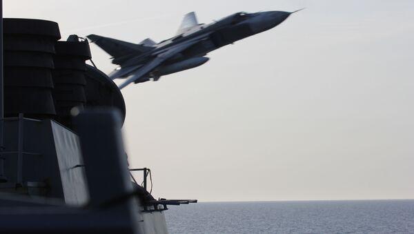 Caza Su-24 ruso sobrevolando el USS Donald Cook  - Sputnik Mundo