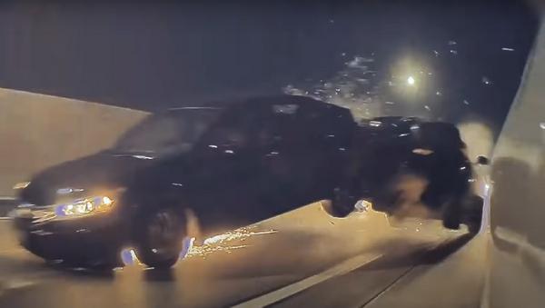 Intenta adelantar a un Tesla y acaba estrellando su Dodge Challenger en un brutal accidente   Vídeo - Sputnik Mundo