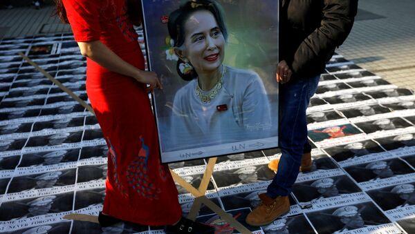 Manifestantes con la imagen de la líder birmana Aung San Suu Kyi - Sputnik Mundo