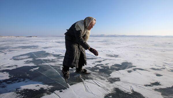 Los patines, el único transporte de invierno para esta abuela siberiana - Sputnik Mundo