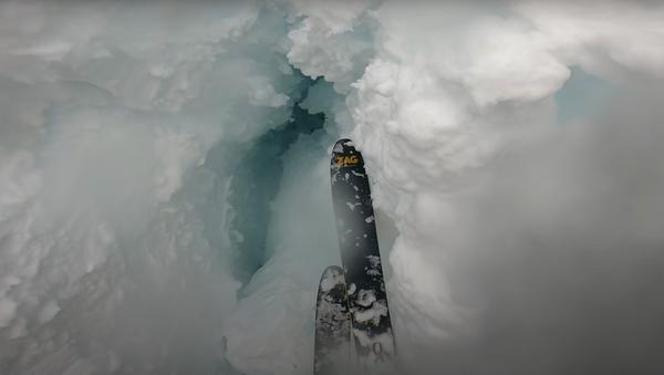 Un esquiador cae en una profunda grieta - Sputnik Mundo