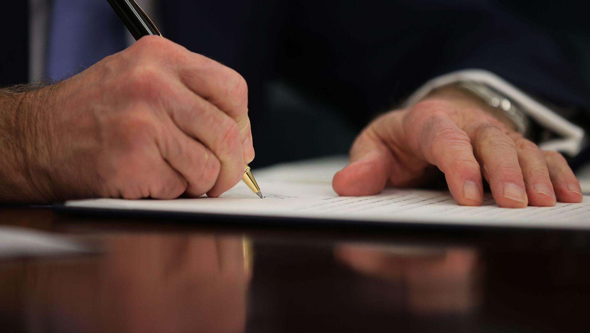 Joe Biden, el presidente de EEUU, firmando una órden ejecutiva - Sputnik Mundo, 1920, 03.02.2021