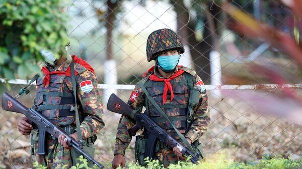 Militares birmanos en Naipyidó - Sputnik Mundo