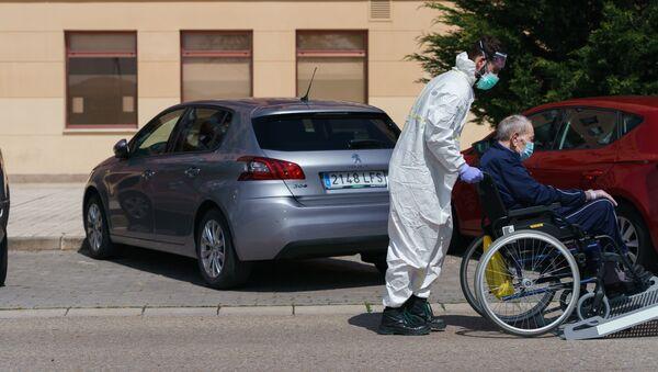 Imagen referencial de un sanitario transportando a un residente de una residencia de mayores - Sputnik Mundo