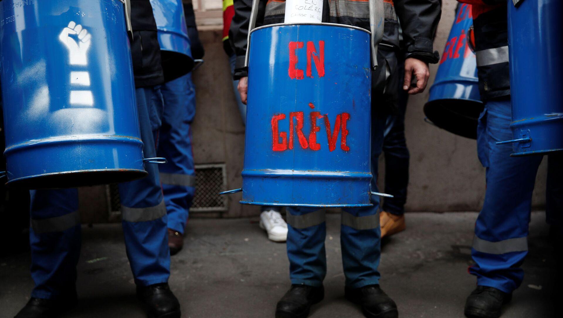 Unos trabajadores participan de una protesta contra los recortes de personal frente a la sede de Sanofi en París, durante un día nacional de huelgas y protestas contra los despidos y las políticas económicas y sociales del gobierno - Sputnik Mundo, 1920, 04.02.2021