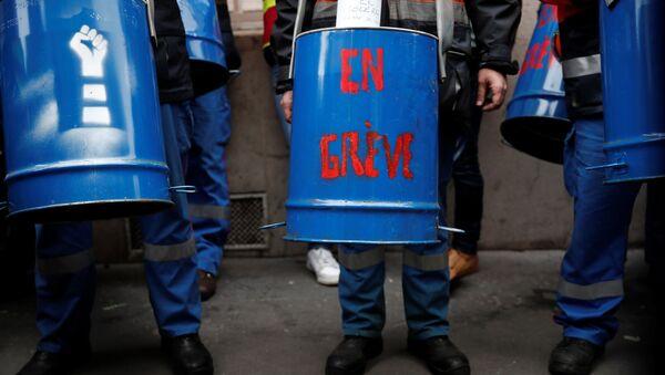 Unos trabajadores participan de una protesta contra los recortes de personal frente a la sede de Sanofi en París, durante un día nacional de huelgas y protestas contra los despidos y las políticas económicas y sociales del gobierno - Sputnik Mundo