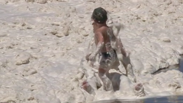 Una inusual espuma de mar cubre las playas de Mar del Plata en Argentina - Sputnik Mundo