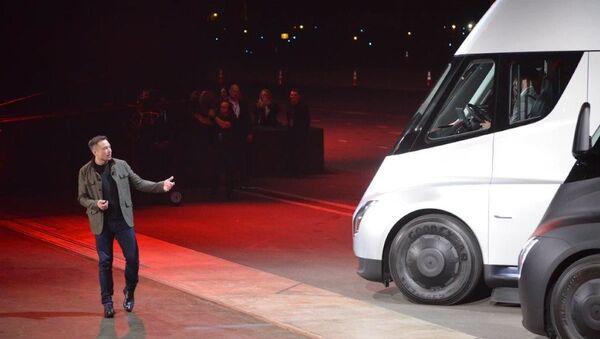 Elon Musk, director general de Tesla, presenta el camión Semi (archivo) - Sputnik Mundo