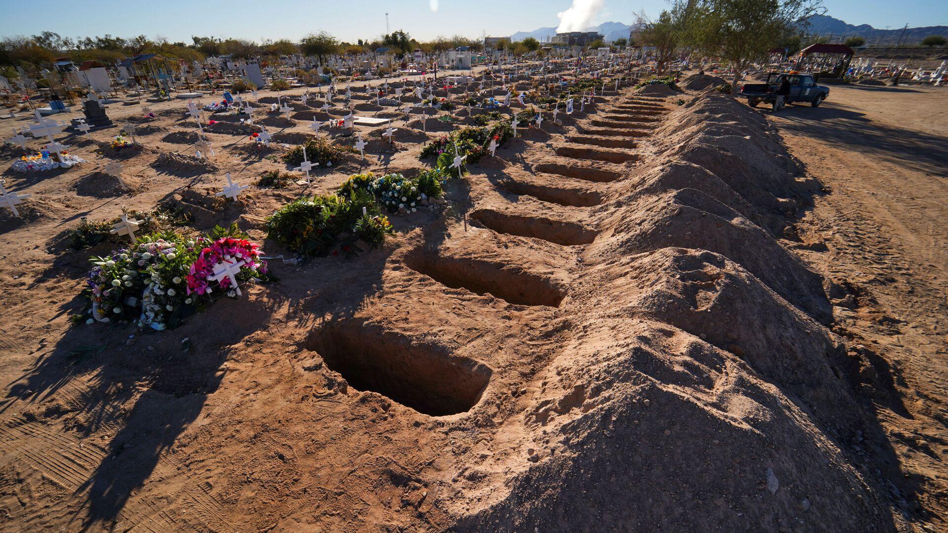 Tumbas recién excavadas en un cementerio, en medio de la pandemia de la enfermedad del coronavirus - Sputnik Mundo, 1920, 19.08.2021