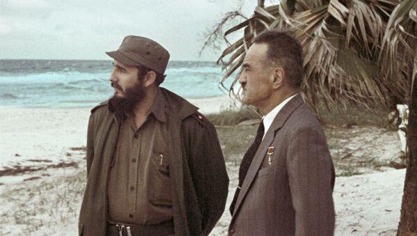 Fidel Castro y Anastás Mikoyán - Sputnik Mundo