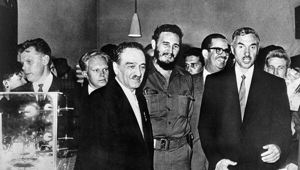 Anastás Mikoyán, vicepresidente del Consejo de Ministros de la URSS, y Fidel Castro - Sputnik Mundo