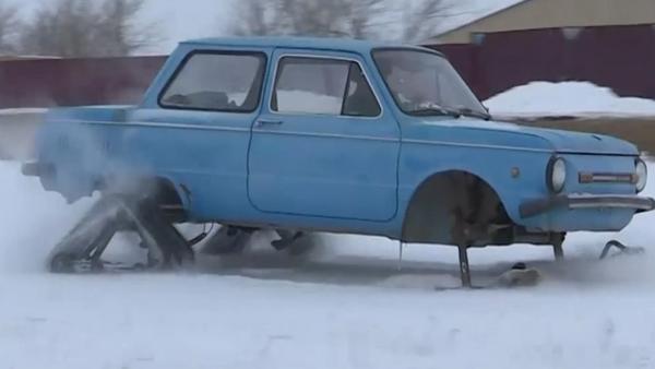 Una moto de nieve hecha de un viejo coche soviético - Sputnik Mundo