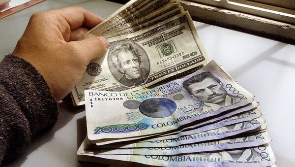 Pesos colombianos y dólares - Sputnik Mundo