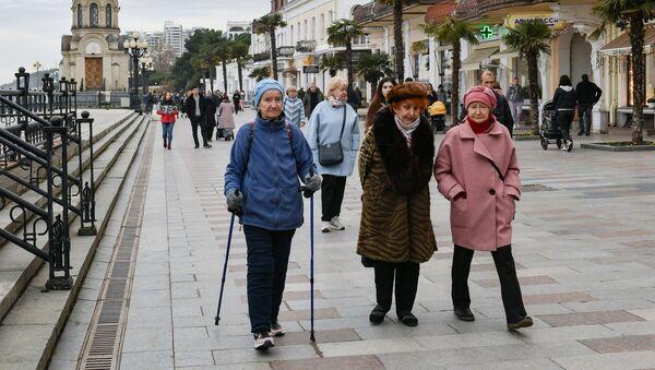 Varios peatones pasean por las calles de Yalta, en Crimea, Rusia, febrero de 2021 - Sputnik Mundo