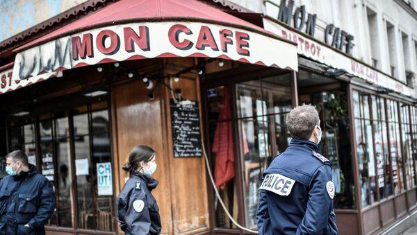 Policías franceses custodian un bar de París - Sputnik Mundo
